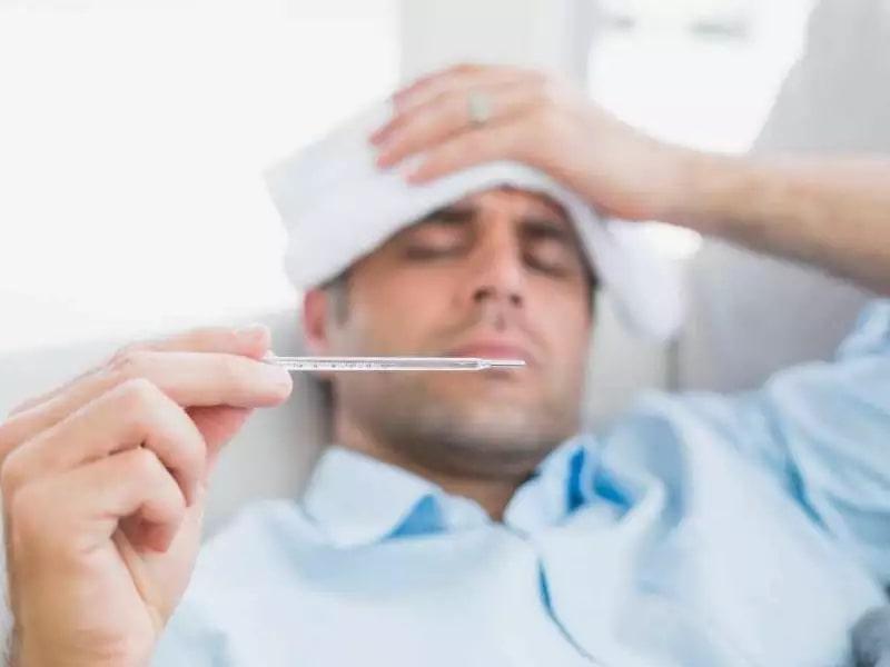 Khi bị bệnh người bệnh còn bị sốt nhẹ