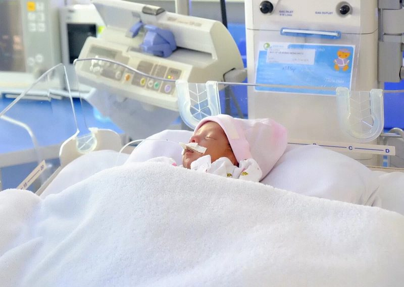 Sinh cực non là khi bé sinh ra chưa đủ tuần tuổi, yếu hơn so với trẻ đủ tháng