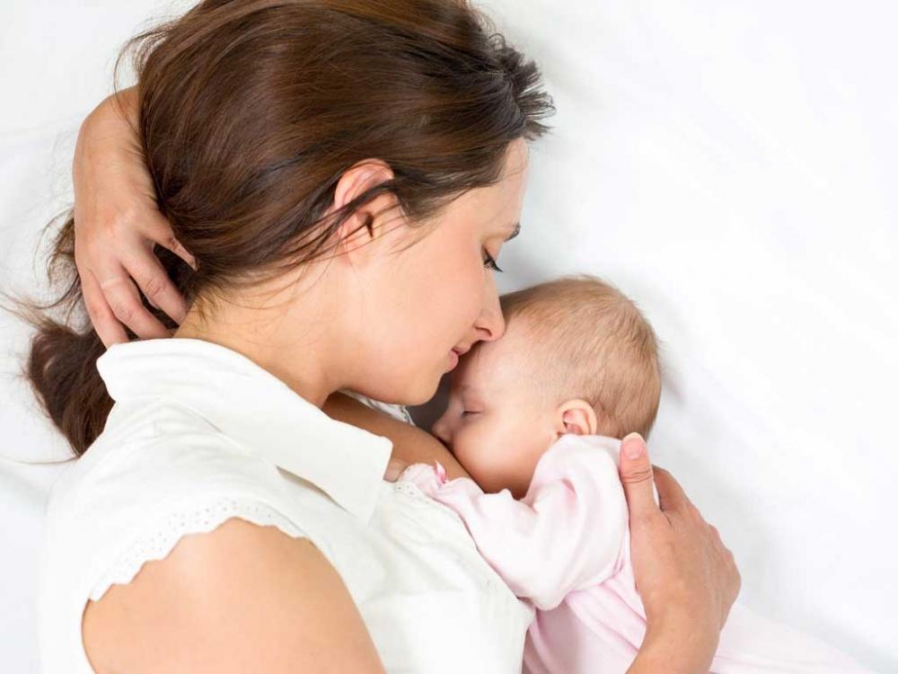 Cho bé bú sai cách cũng là nguyên nhân dẫn đến tắc tia sữa mủ