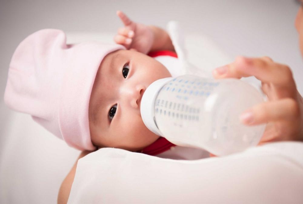 Khi bị tắc tia sữa có kèm theo mủ thì không nên cho bé bú sữa mẹ