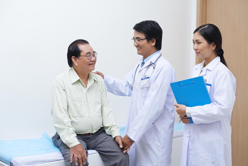 Đội ngũ y bác sĩ tại trung tâm chăm sóc người già