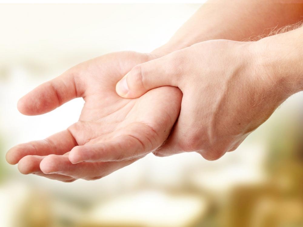 Triệu chứng tê mỏi chân tay dài ngày cảnh báo bạn cần tới gặp bác sĩ gấp