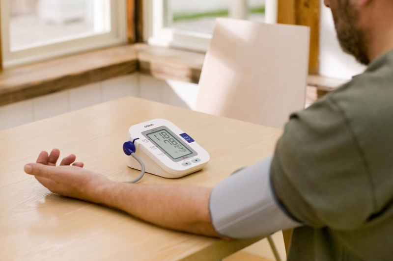 Việc đo huyết áp tại nhà rất tiện lợi và tạo cảm giác thoải mái hơn cho bạn
