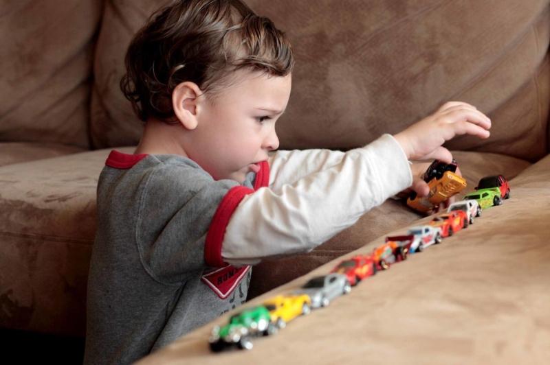 Chuẩn bị các mô hình đồ chơi để cùng bé tham gia trò đẩy xe
