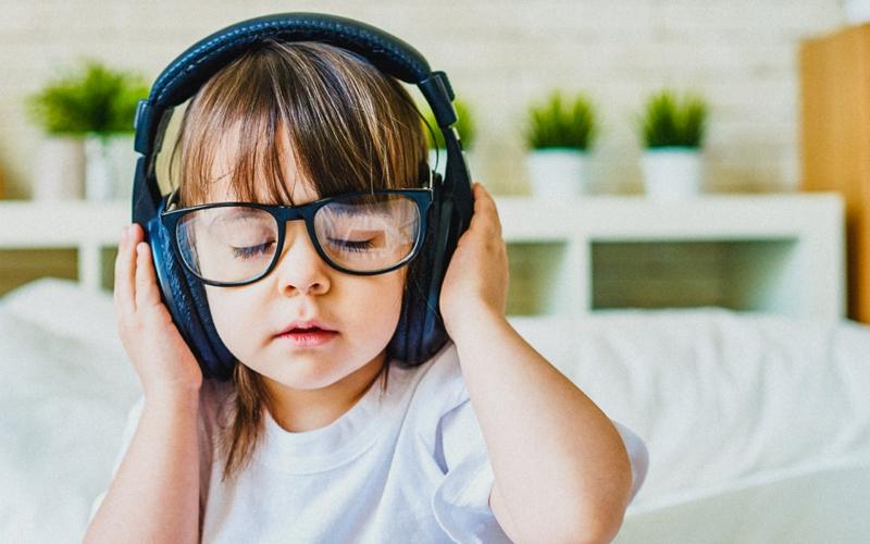 Nghe nhạc sẽ hỗ trợ bé tập trung và tinh thần thư giãn